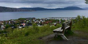Benk med utsikt over Sandnessjøen