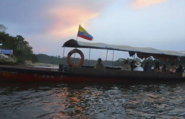 Båt på elva Napo som er en del av Amazonas