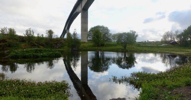Under broa ved saltstraumen