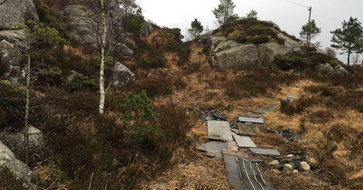 Sti i regnvær i Fitjar