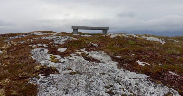 Benk på Hoholmen i Herøy