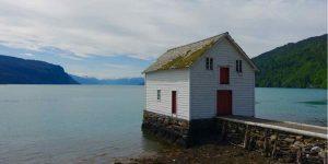 Hus ved havet i Kvam