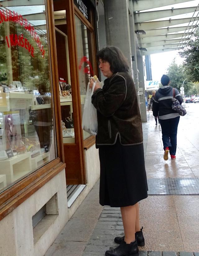 Lokal dame på vindu-shopping i Podgorica, Montenegro.