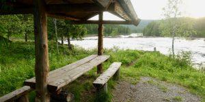 Benk og bord ved Namsen