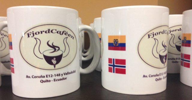 Kaffekopper med norsk og ecuadoriansk flagg