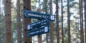 Mange skilter i skogen i Råde
