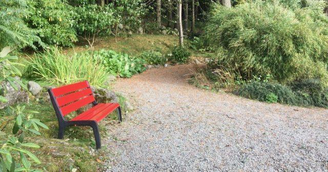 Rødmalt benk i Stavanger botaniske hage