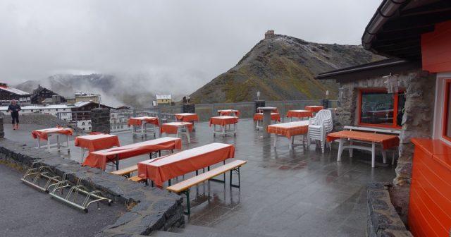 Nysnø på restaurantbord i Stelvio