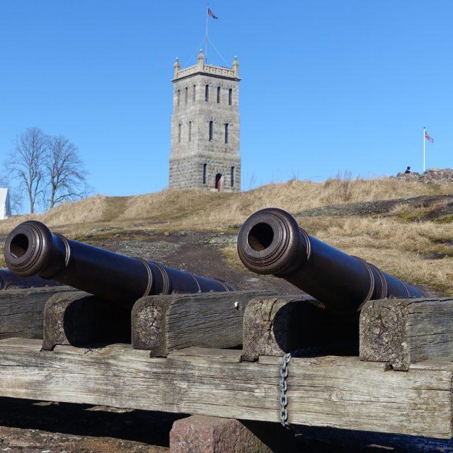 Kanoner ved Slottsfjellet med tårnet i bakgrunnen