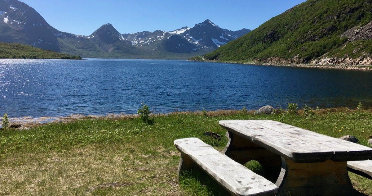 Picknick sted med fjord og fjell