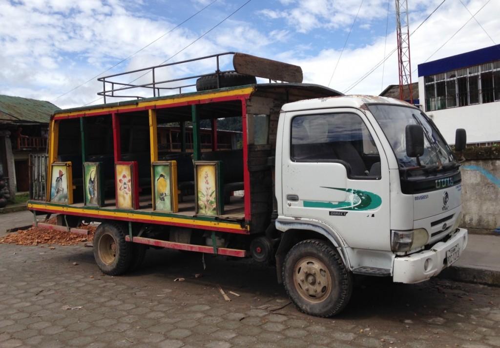 Chiva er en lokal buss som brukes på kysten i Ecuador.