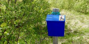 Blå postkasse på Ylvingen i Vega